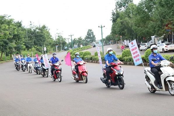Đoàn viên, thanh niên Khối các cơ quan và doanh nghiệp tỉnh tham gia tuyên truyền cài đặt ứng dụng Bluezone