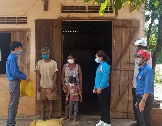 Đoàn Khối tổ chức hỗ trợ nhu yếu phẩm cho các hộ gia đình khó khăn,  hộ nghèo bị ảnh hưởng bởi dịch bệnh Covid-19