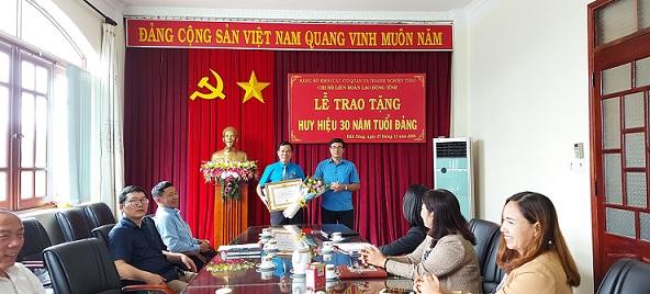 Chi bộ Liên đoàn Lao động tỉnh tổ chức Lễ trao tặng Huy hiệu 30 năm tuổi Đảng