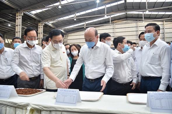Chủ tịch Quốc hội Vương Đình Huệ thăm và tặng quà cho công nhân có hoàn cảnh khó khăn tại Công ty Nhôm Đắk Nông - TKV