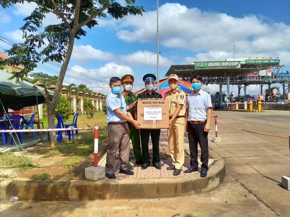 Công đoàn ngành y tế phối hợp với Hội thầy thuốc trẻ tỉnh trao tặng vật tư phòng dịch Covid-19 cho một số đơn vị trên địa bàn tỉnh