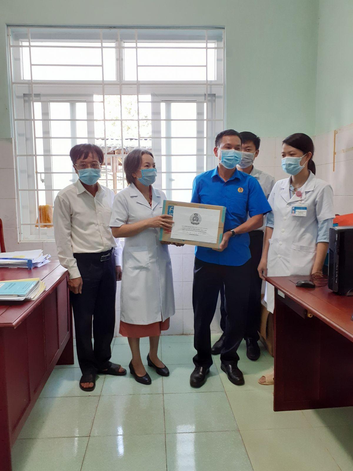 Công đoàn Viên chức tỉnh thăm, tặng quà các y, bác sỹ trực tiếp điều trị bệnh nhân mắc Covid-19 nặng tại Khoa Nhiễm, Bệnh viện Đa khoa tỉnh Đắk Nông