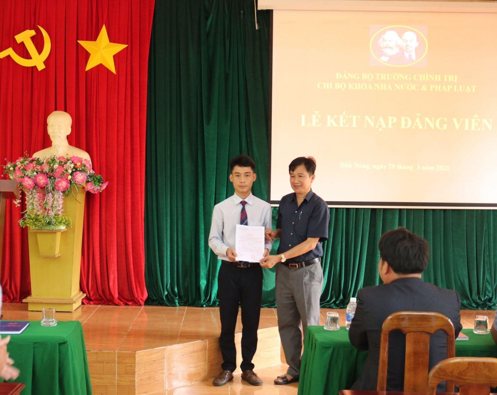 Chi bộ Khoa Nhà nước và Pháp luật, Đảng bộ Trường Chính trị tỉnh tổ chức Lễ kết nạp đảng viên